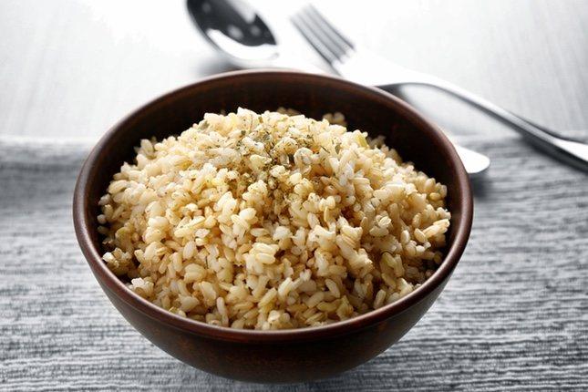 En 100 gramos de arroz integral se pueden encontrar hasta un 18% de la cantidad de ácido fólico