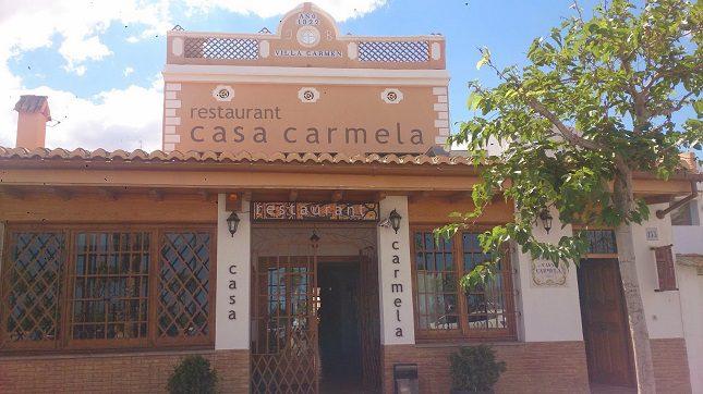 Las paellas en Casa Carmela se preparan con leña