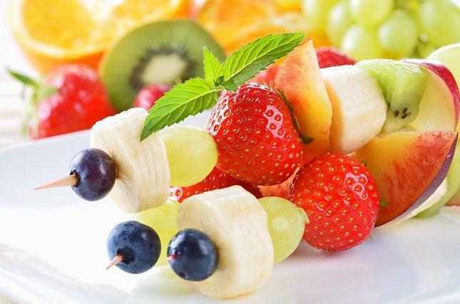 Corta la fruta en trozos que tengan el tamaño de un bocado