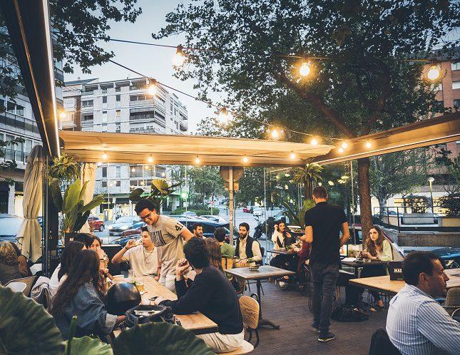 Su terraza ofrece desayuno, comida, merienda o afterwork, cenas y copas