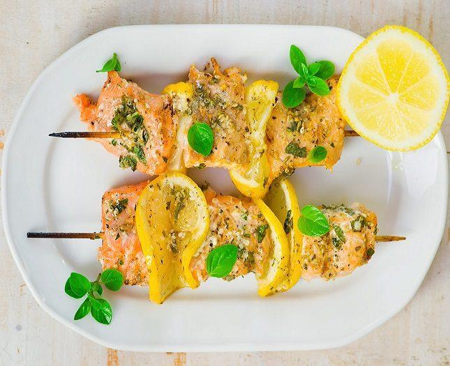 Las brochetas de salmón al pesto son ideales para el verano