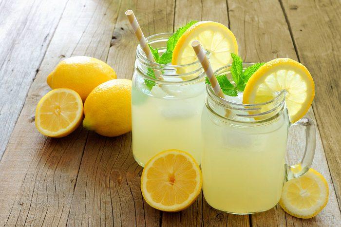 Si tienes calor y quieres refrescarte de una manera natural no hay nada mejor que tomarse un vaso frío de limonada