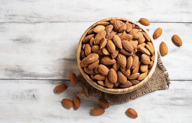 En un pequeño puñado de almendras tendrás nada menos que 7'4 miligramos de vitamina E
