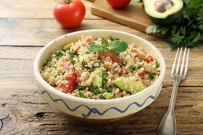 Se debe preparar primero la quinoa, que es la que más tiempo requiere