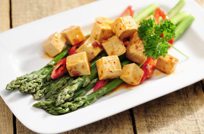 Lo primero que debemos hacer es cortar en pequeños cuadraditos el tofu