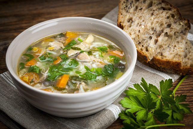 Otro tipo de sopa que puedes hacer durante estos meses de invierno es una deliciosa y riquísima sopa de verduras y huevo