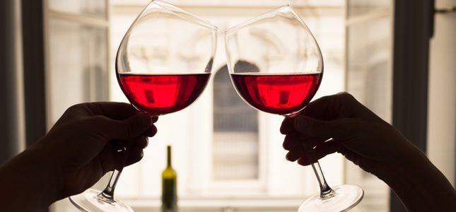 Una cena romántica y un buen vino pueden ser el regalo perfecto para San Valentín.