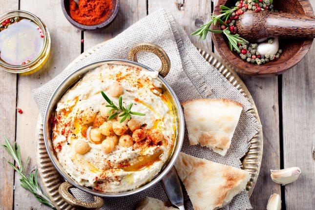 El hummus, hecho a partir de garbanzos y limón, mantiene las propiedades de las legumbres respecto a los niveles vitamínicos y de hierro