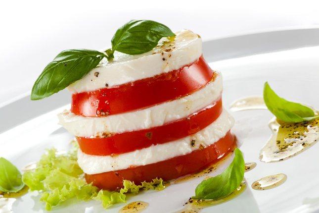El toque de albahaca conjuga muy bien con el queso mozzarella, ingrediente fundamental en la ensalada caprese