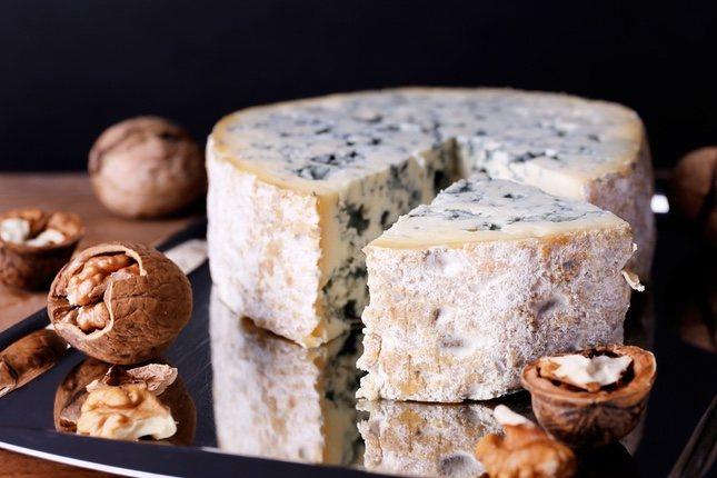 El color del queso azul sale del hongo pincillium roqueforti