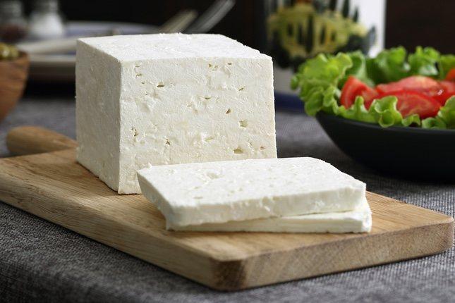 El queso fresco contiene mucha agua y poca grasa