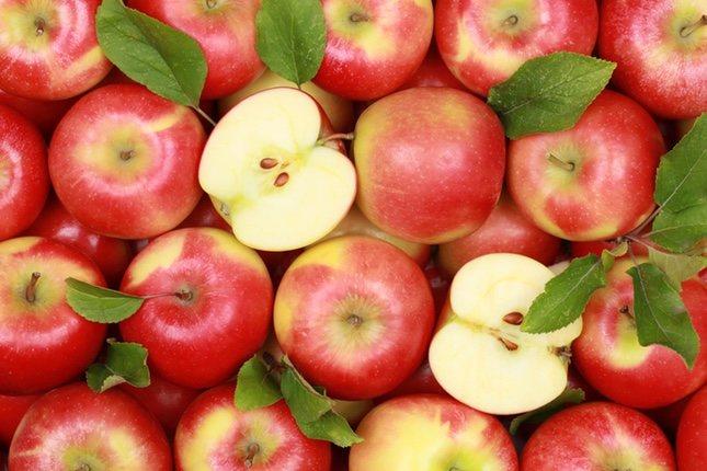Las manzanas bicolores son dulces y jugosas.
