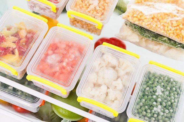 Organiza bien tu comida en el congelador, guardándola en recipientes y etiquetándola con su nombre
