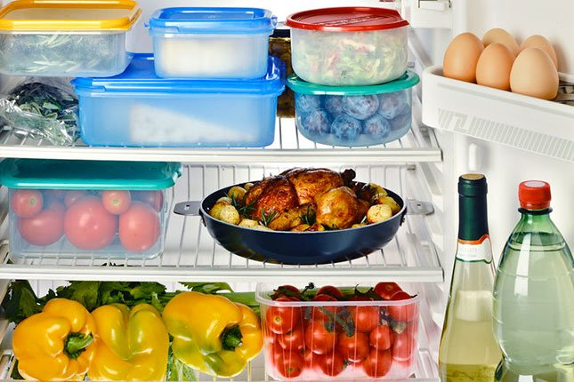 En la puerta de la nevera se colocan los alimentos que no precisan conservarse en frío, como los huevos o las bebidas, a excepción de la leche