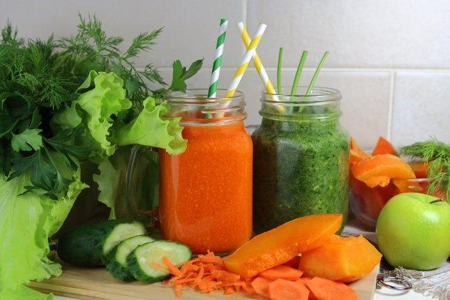 La bonita presentación de estos batidos de verduras hará que resulten más apetecibles para los niños