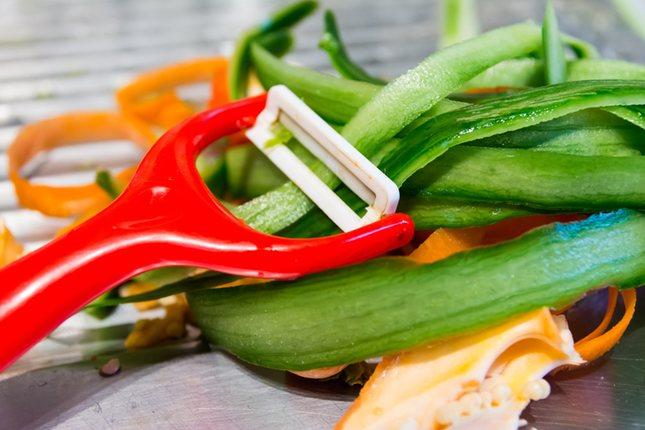 Puedes utilizar las mondas de las verduras para dar color a tus platos