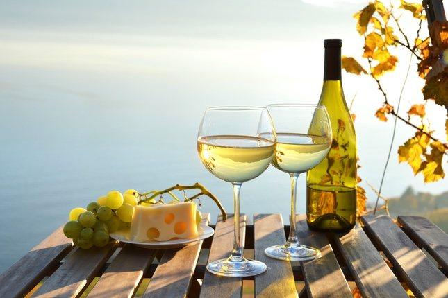 El vino blanco es ideal para los quesos suaves como el emmental, las pastas o los arroces