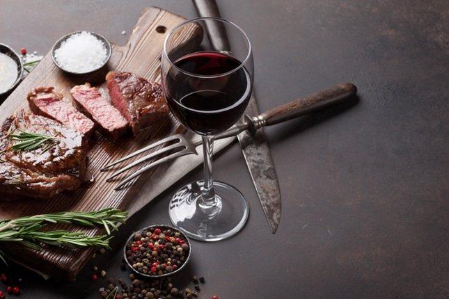 El vino tinto va mejor con platos principales, como carnes rojas o guisos
