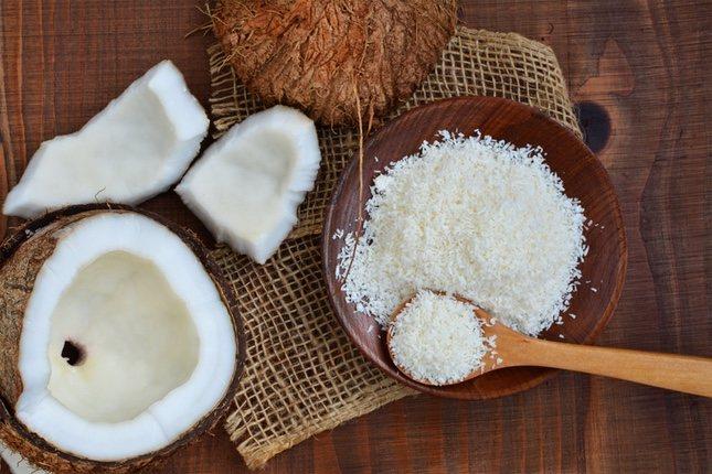 Preparar leche de coco es tan sencillo como rallar la pulpa y mezclarla con agua