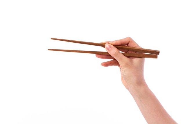 Usa esta guía para coger correctamente los palillos