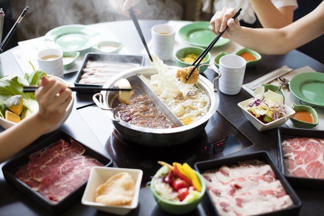 Los palillos chinos son más largos para llegar a los platos de comida