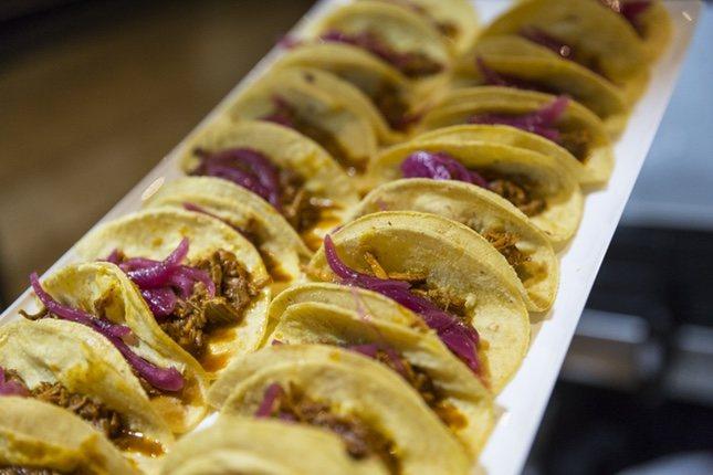 Los tacos de pollo, cerdo, pescado o vegetales son alguno de los que puedes disfrutar en Tacoos/Fuente:Jorge del Caz