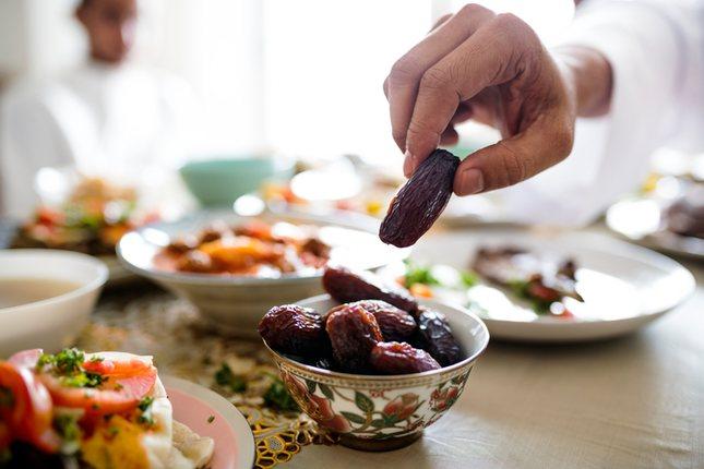 Si está en medio de la mesa y al alcance de la mano se puede comer con los dedos