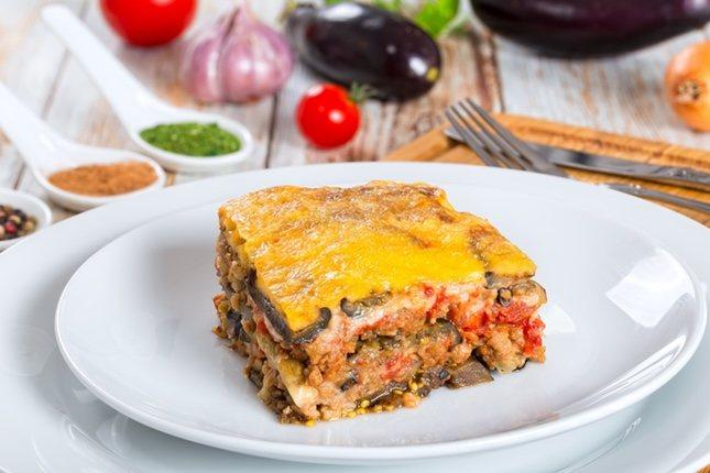 Este pastel va relleno de berenjena y carne picada con tomate, ajo y cebolla