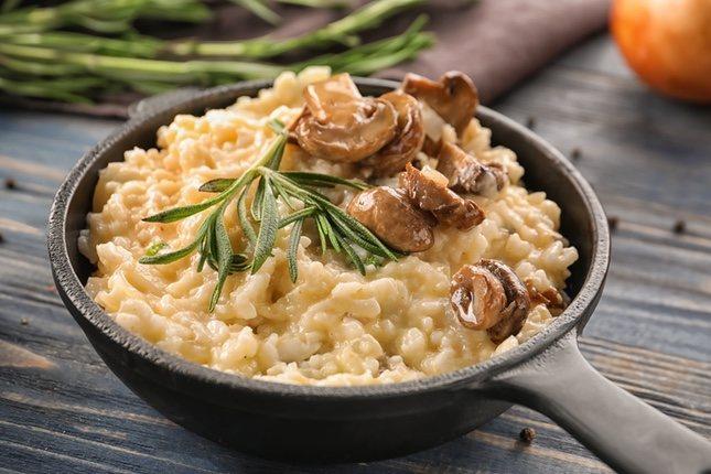 El risotto tiene como ingrediente clave el queso parmesano