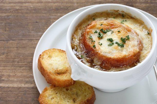 La sopa de cebolla es un plato riquísimo para los amantes del queso