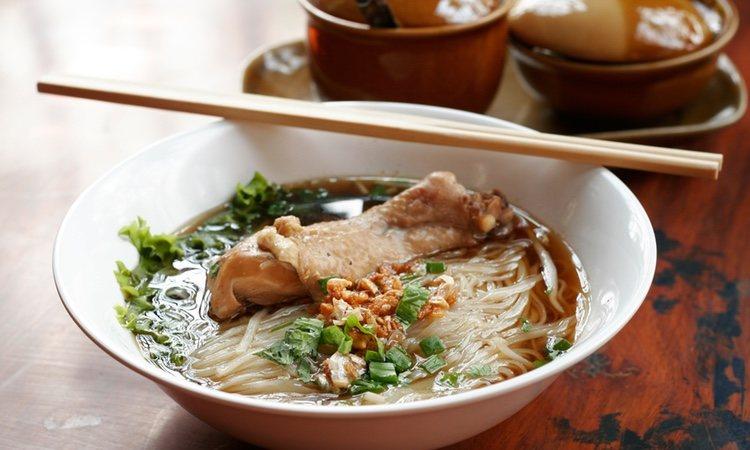 Sopa china de pollo con verduras