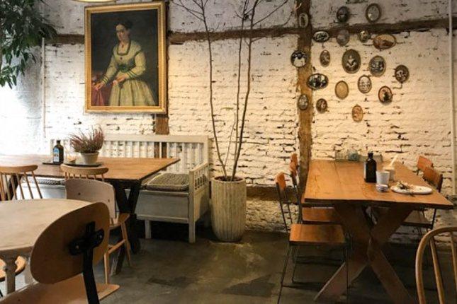 La decoración de Il Tavolo Verde cuenta con objetos de rincones remotos de Europa