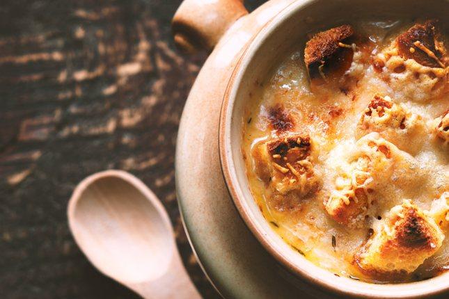 La sopa de cebolla en España se denomina sopa de ajo, aunque no llega a ser igual