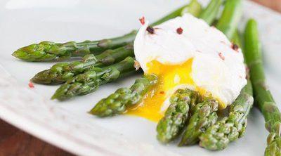 Espárragos con huevos escalfados y parmesano